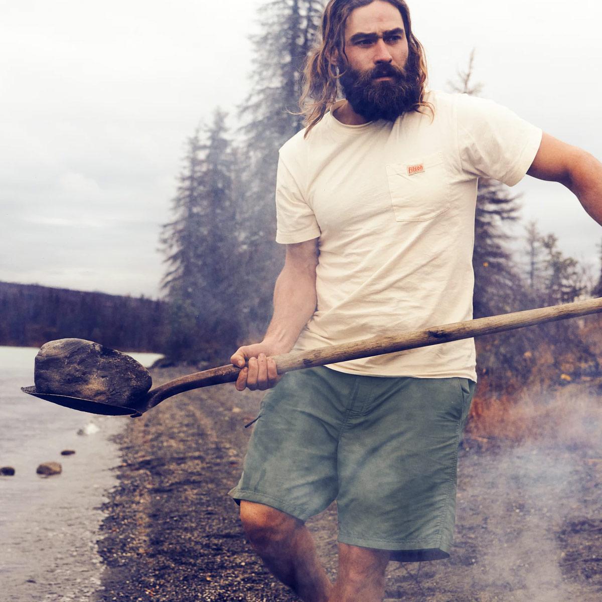 Filson Elwha River Short, een sneldrogende, lichtgewicht short uitgevoerd voor zwemmen en wandelen met een klassieke look