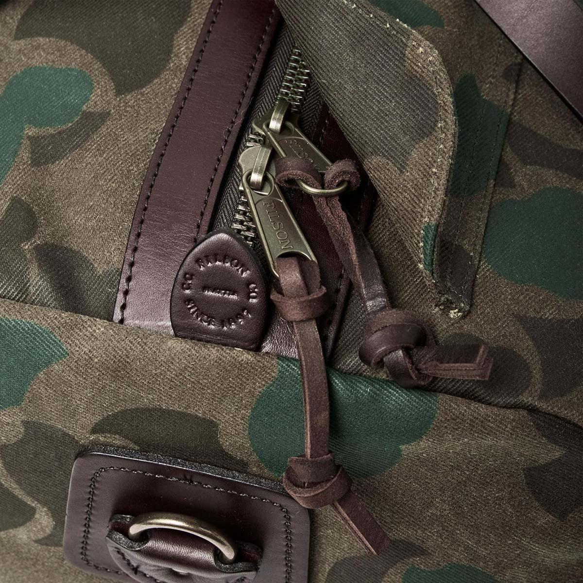 Filson Duffle Medium Dark Wax Shrub Camo, stoere duffel die voldoet aan de maximale handbagage afmetingen