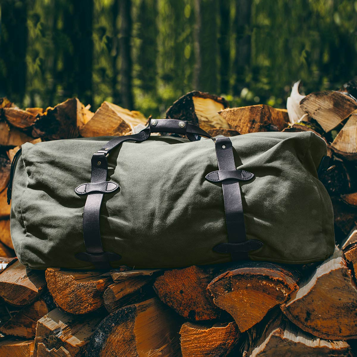 Filson Large Duffle Otter Green, water-resistant duffle with saddle-grade Bridle Leather accents