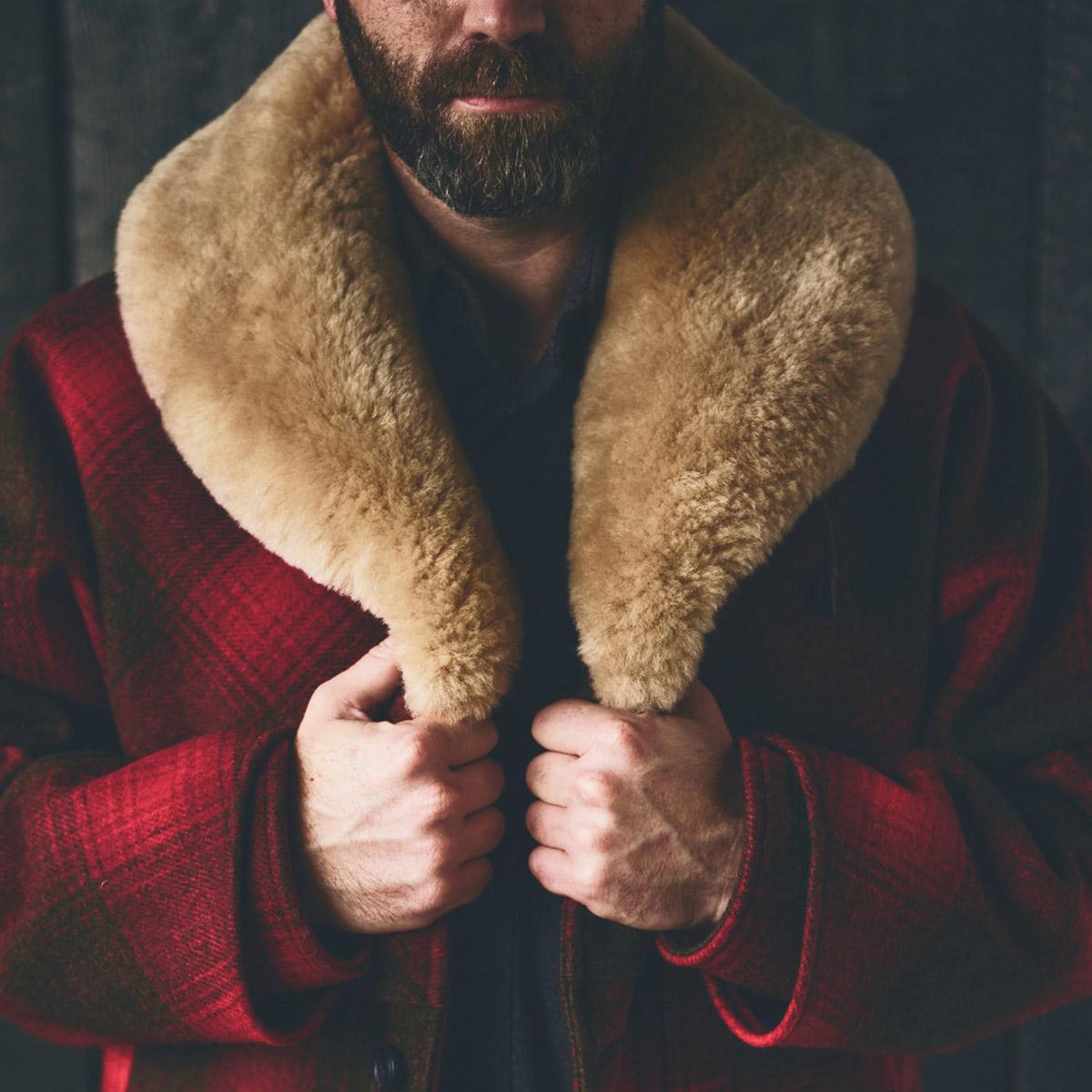 Filson Lined Wool Packer Coat Red/Green/Dark Brown, gemaakt met scheerwol voor comfort, natuurlijke waterafstotendheid en isolerende warmte in alle weersomstandigheden