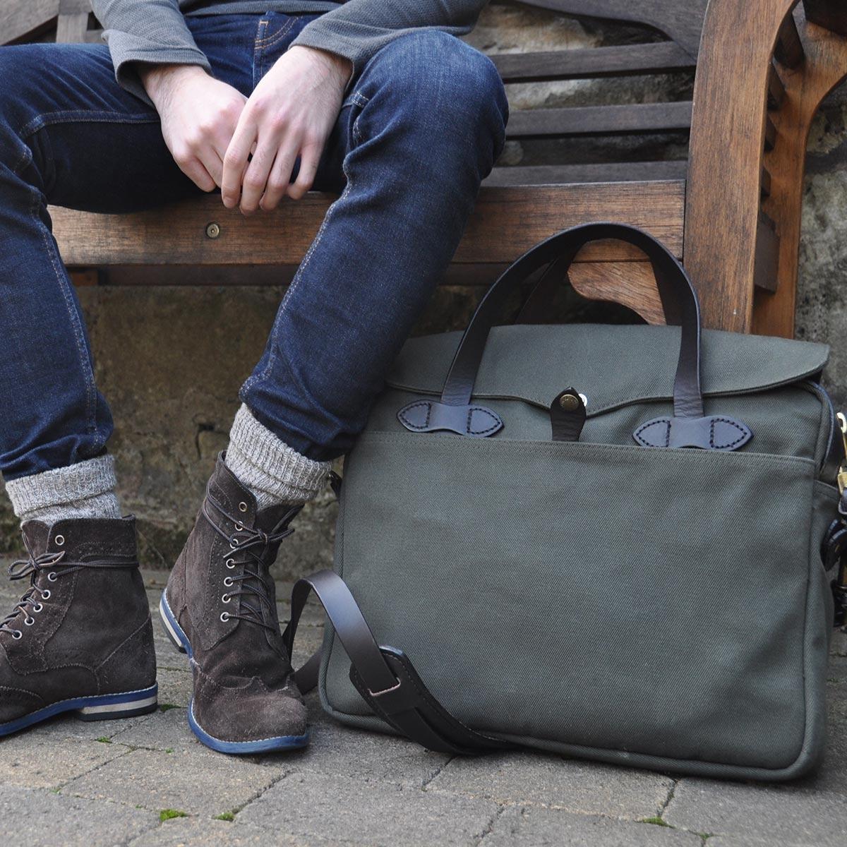 Filson Original Briefcase 11070256 Otter Green streetwear, past goed in een urban omgeving