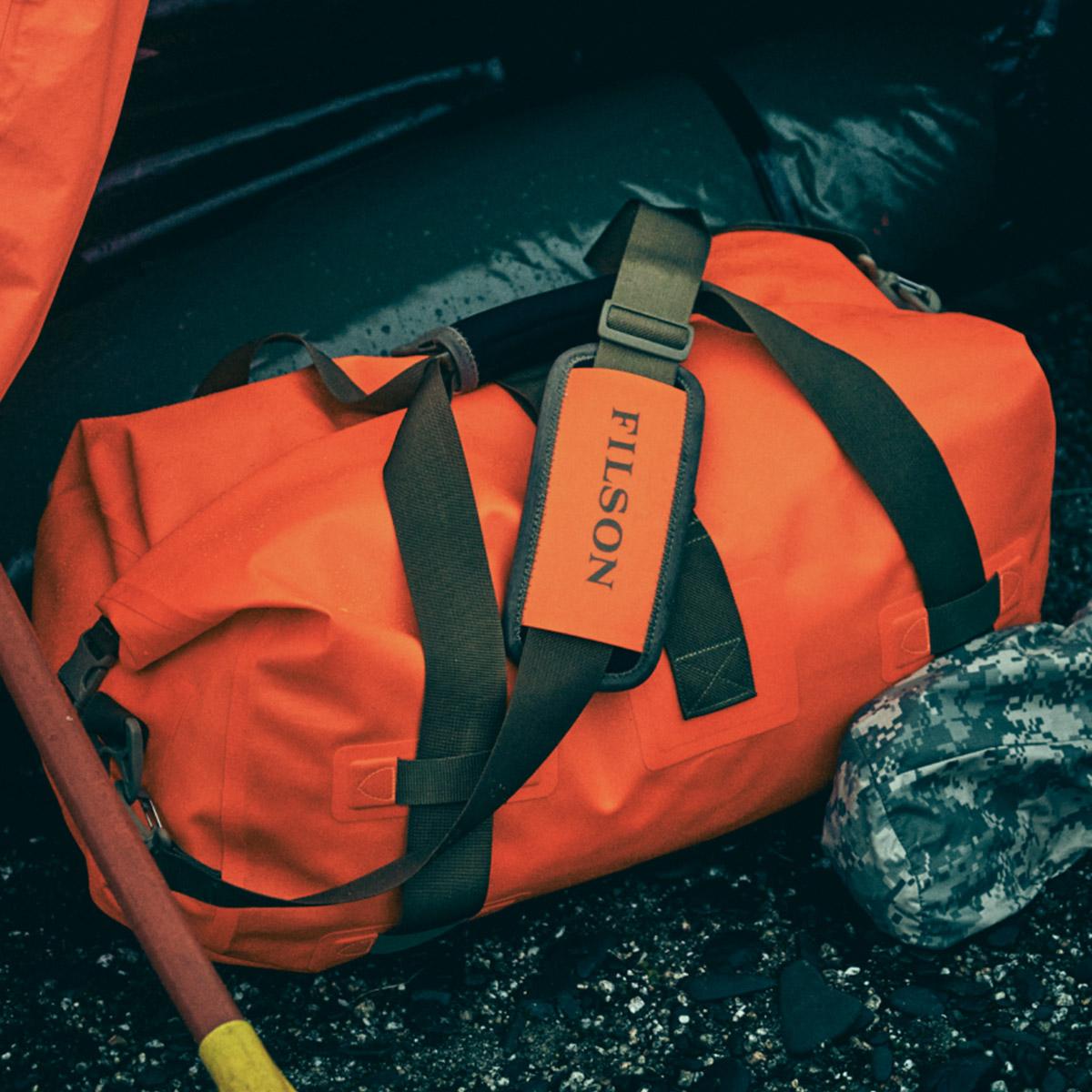 Filson Dry Duffle Bag Medium Flame, houdt je spullen droog in elke extreme weersomstandigheid