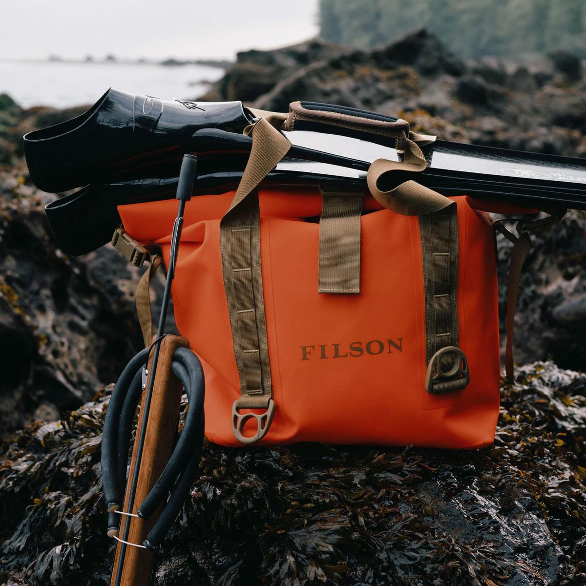 Filson Dry Roll-Top Tote Bag Flame, houdt je uitrusting droog in alle weersomstandigheden