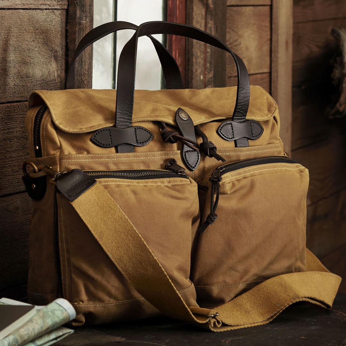 Filson 24-Hour Tin Cloth Briefcase Dark Tan, perfecte tas voor een weekend weg