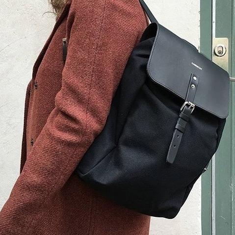 Sandqvist Alva Black, compacte 13inch unisex rugzak met een geraffineerd ontwerp