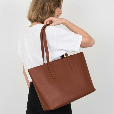 Sandqvist Emma Tote Bag Cognac Brown, 13 inch shopper in plantaardig gelooid leer