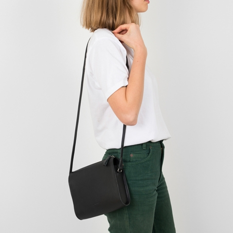 Sandqvist Frances Shoulder Bag Black, minimalistisch schoudertasje van plantaardig gelooid leer met wonderschone cleane look