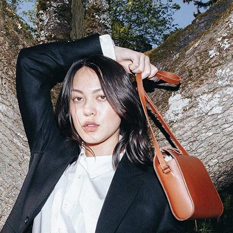 Sandqvist Frances Shoulder Bag Cognac Brown, klein schoudertasje van plantaardig gelooid leer met wonderschone cleane look