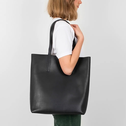 Sandqvist Helga Tote Bag Black, 13 inch shopper in plantaardig gelooid leer