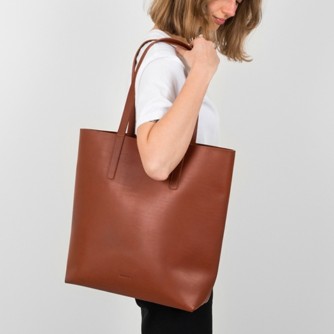 Sandqvist Helga Tote Bag Cognac Brown, 13 inch shopper in plantaardig gelooid leer