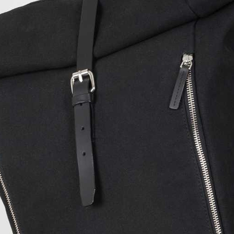 Sandqvist Marius Backpack Black, Roll Top rugzak in organisch canvas en leer