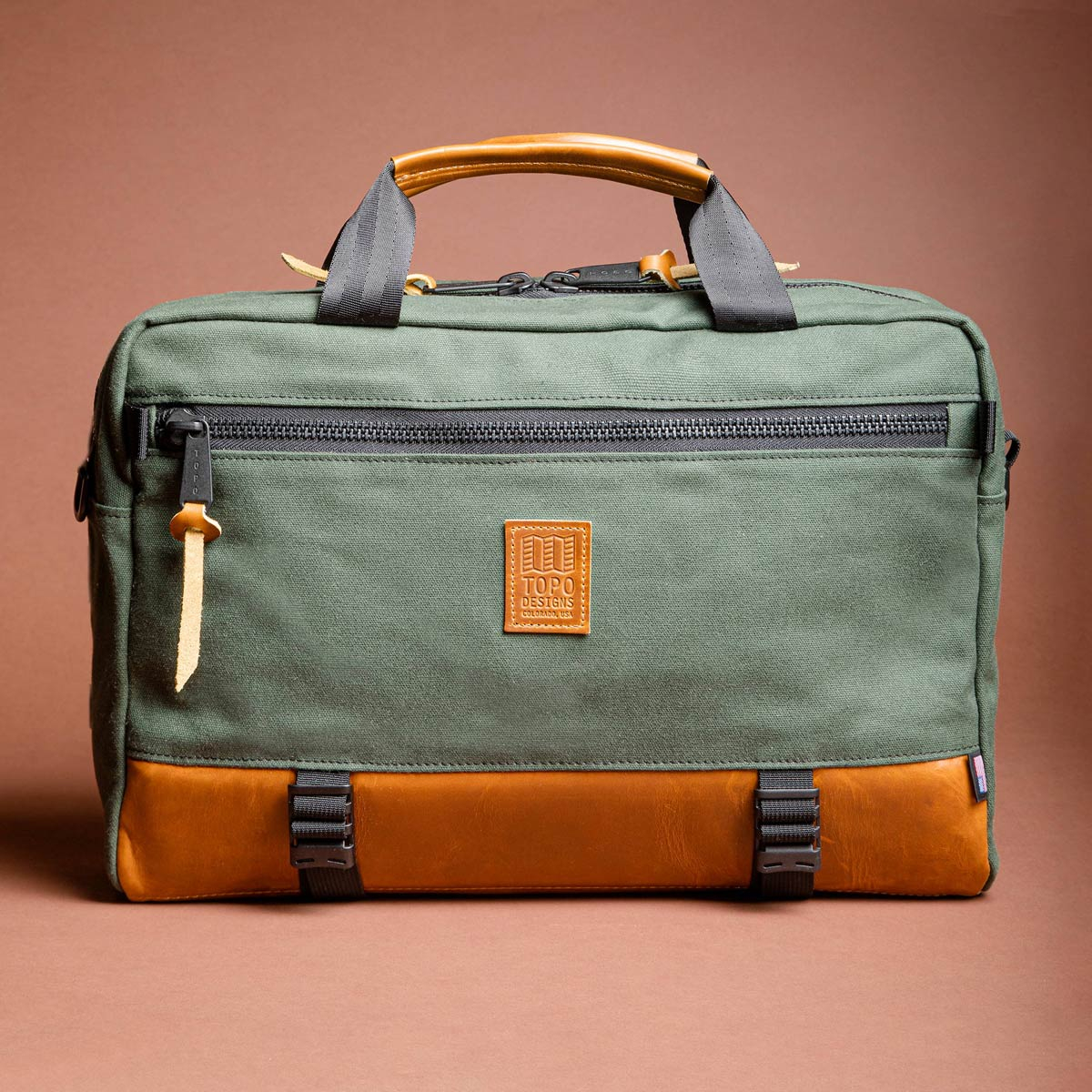 Topo Designs Commuter Briefcase Heritage Olive Canvas/Brown Leather, kies tussen drie draagstijlen