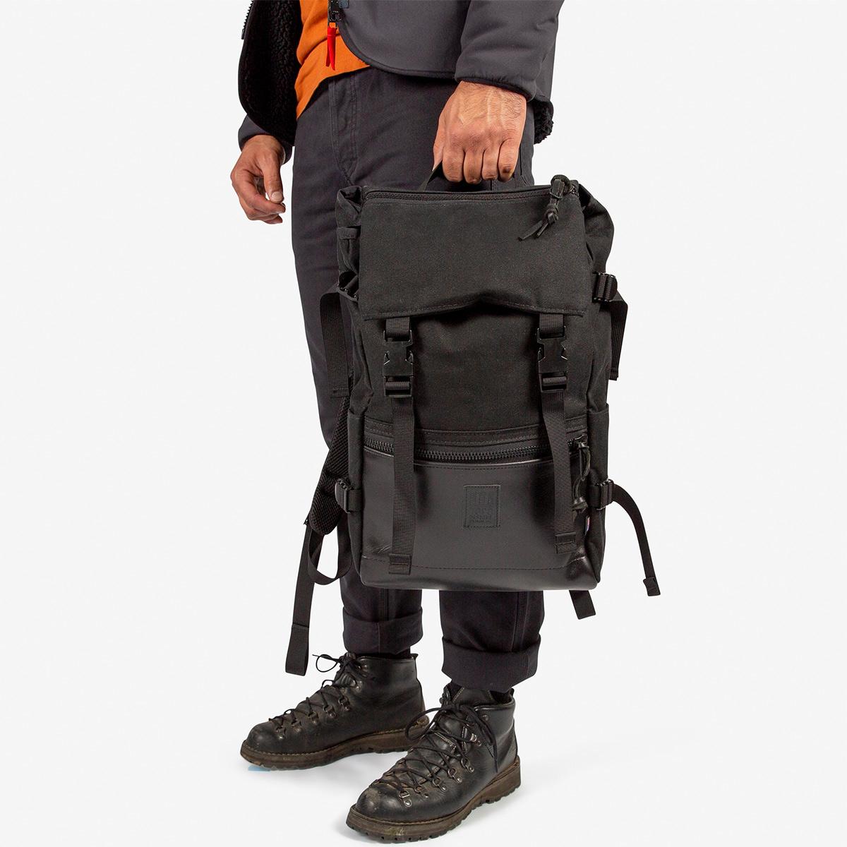 Topo Designs Rover Pack Ballistic Black/Black Leather, tijdloze rugzak met moderne functionaliteiten voor dagelijks gebruik
