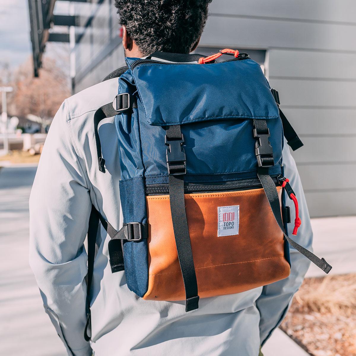 Topo Designs Rover Pack Heritage Navy/Brown Leather, tijdloze rugzak met moderne functionaliteiten voor dagelijks gebruik