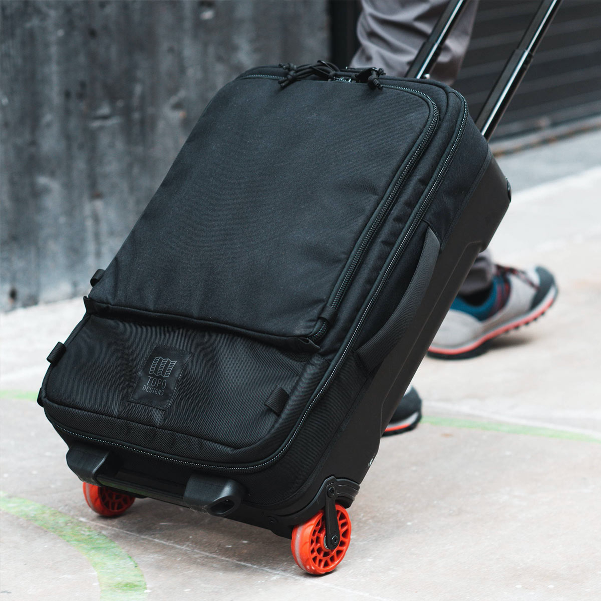 Topo Designs Travel Bag Roller Premium Black, carry-on friendly size and the 3-way carry ensures a smooth trip