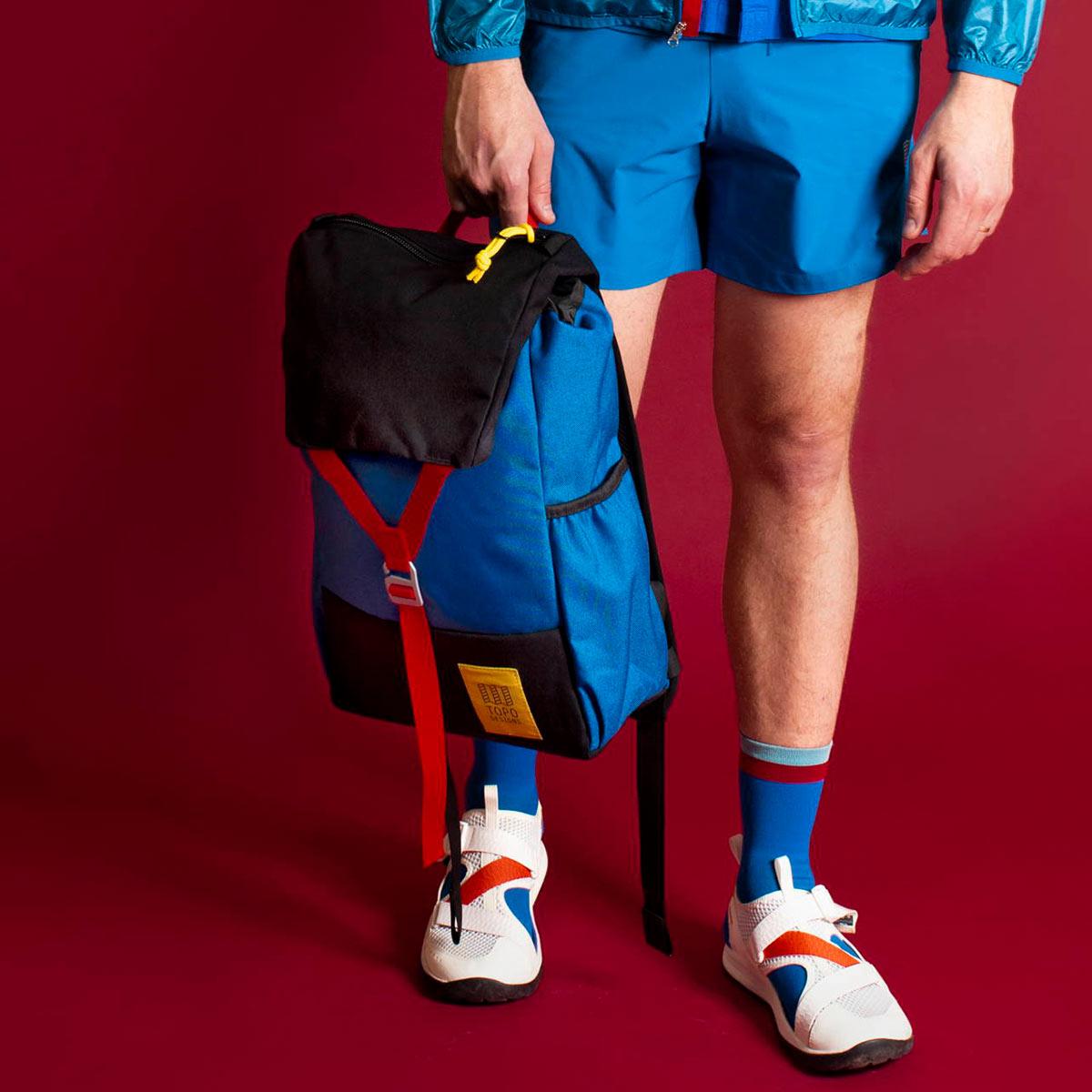 Topo Designs Y-Pack Blue/Black fijne dagrugzak met een brede klep en éénpunts sluiting