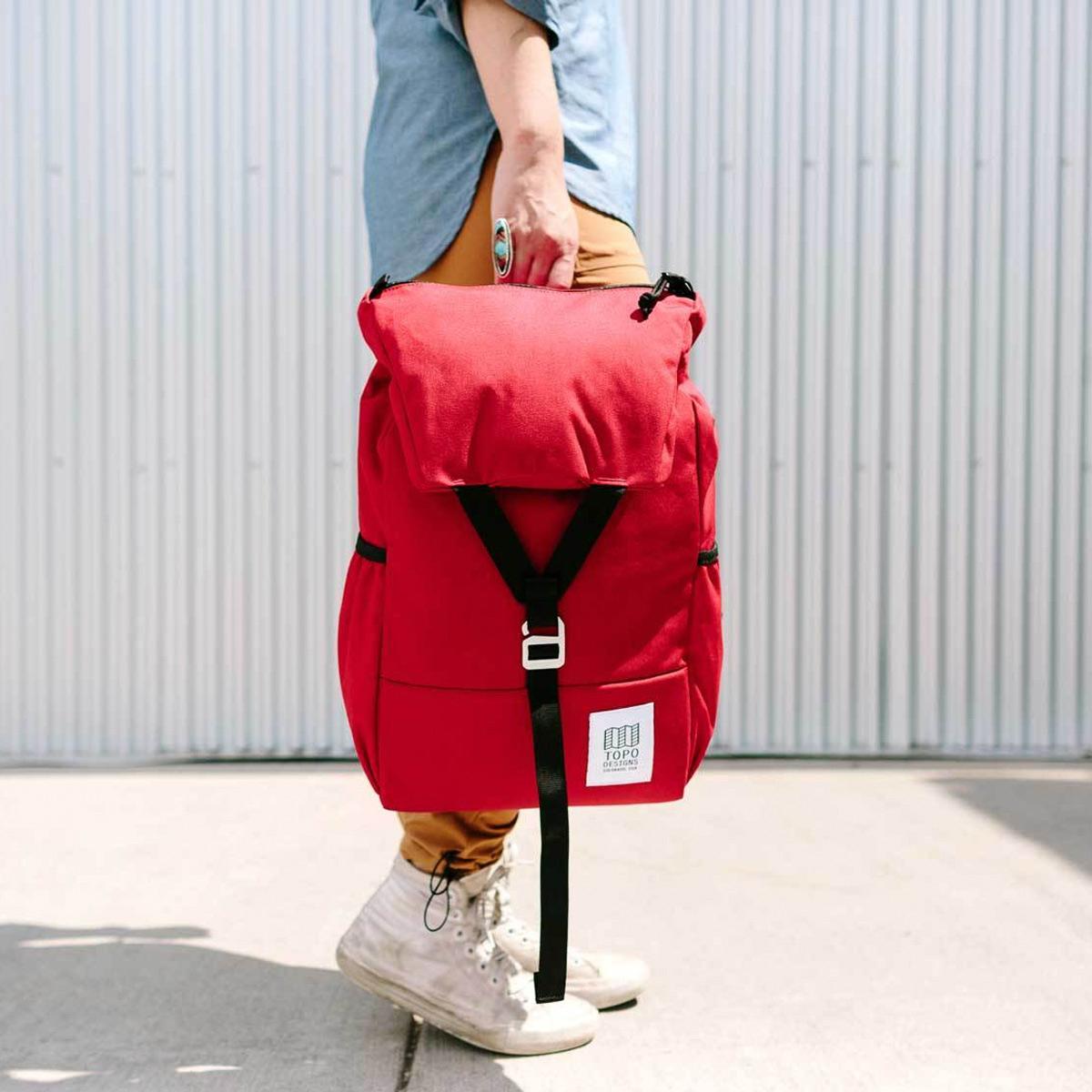 Topo Designs Y-Pack Red fijne dagrugzak met een brede klep en éénpunts sluiting
