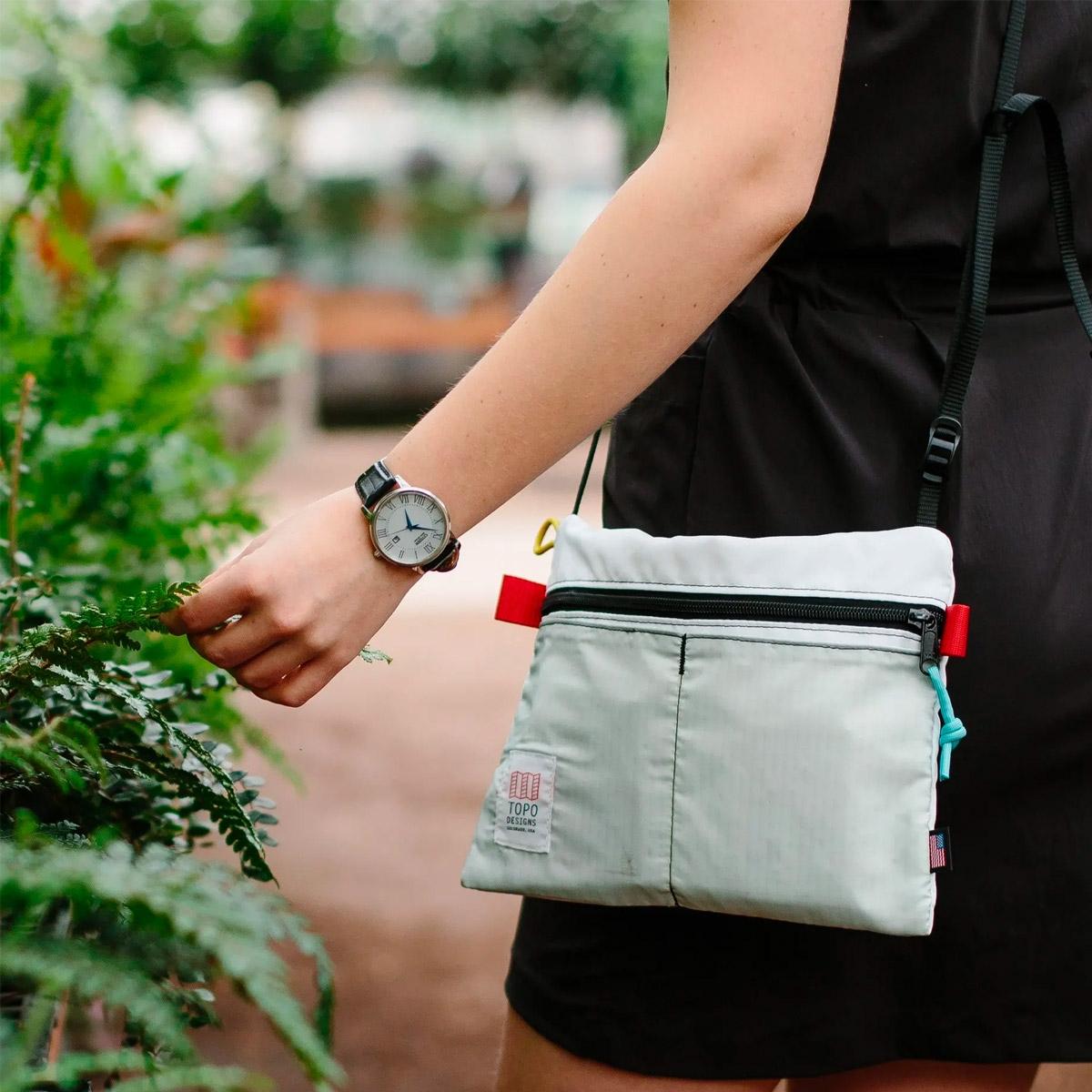 Topo Designs Accessory Shoulder Bag Black, kleine crossbody tas met externe vakken voor telefoon of sleutels