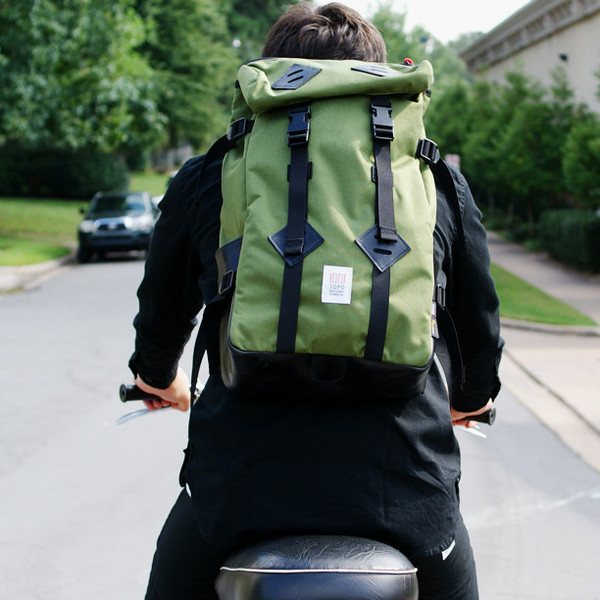Topo Designs Klettersack Olive/Black Leather lifestyle